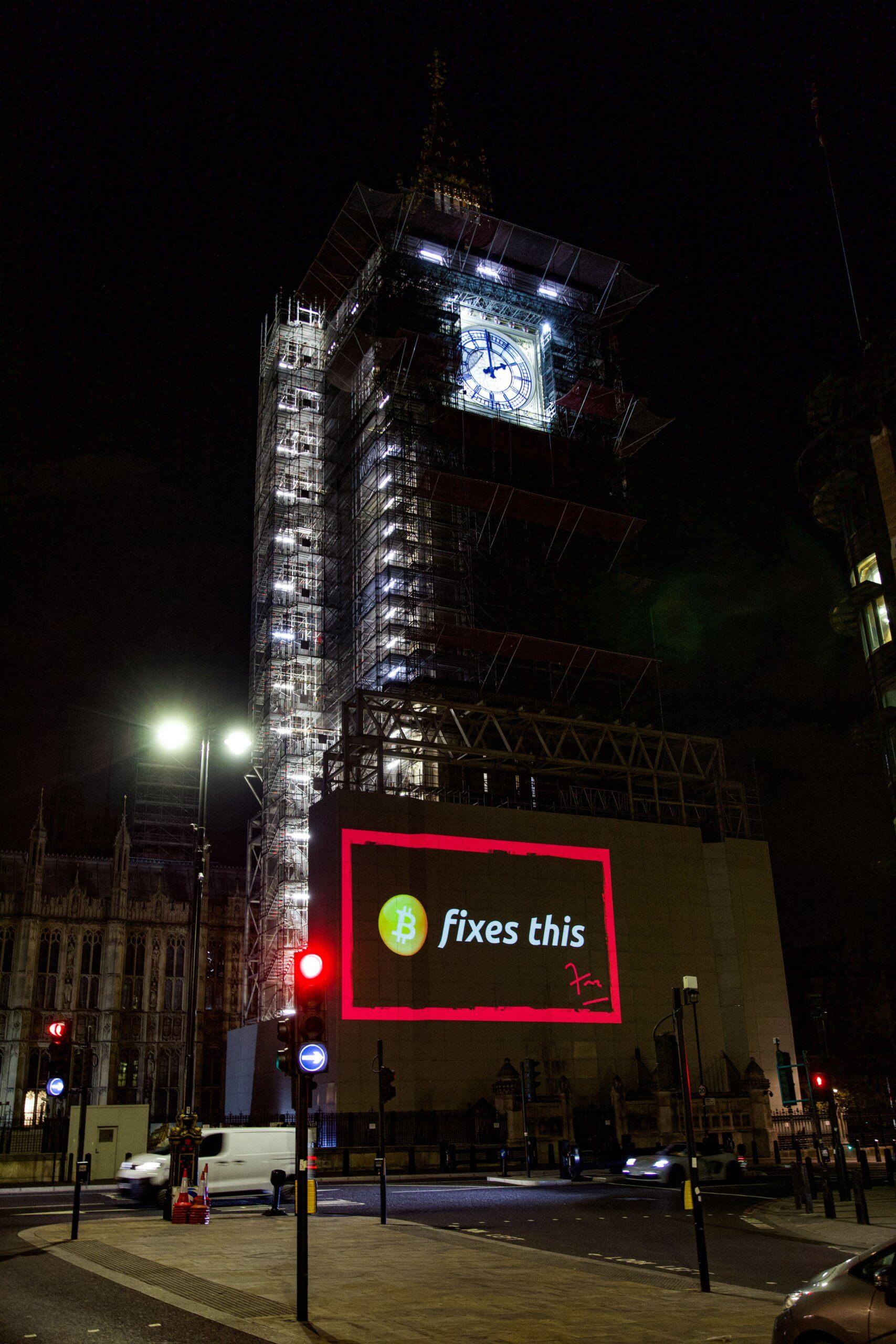 """""""Bitcoin corrige esto"""" proyectada en el edificio del Parlamento en Londres"""