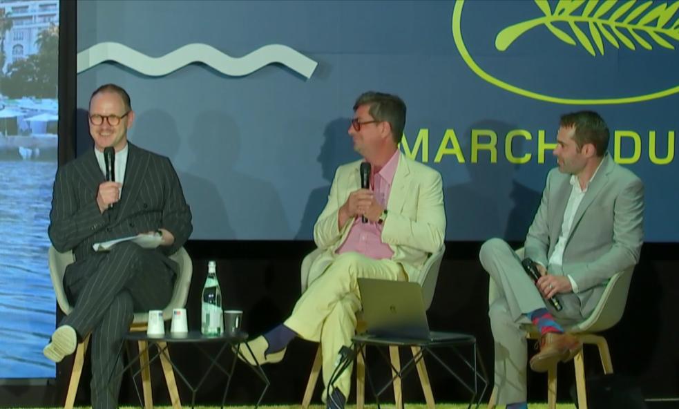 Roman Coppola (centro) y Leo Matchett (derecha) son entrevistados por el productor Sten-Kristian Saluvee en el Festival de Cine de Cannes en julio.
